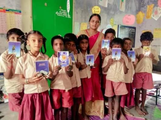 Image result for பள்ளீ ஆசிரியை மற்றும் மாணவர்கள்